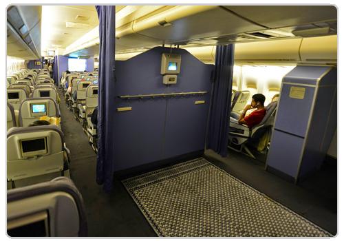 أن يكون في الطائرة مكانٌ معدٌ للصلاة، فيصلي فيه كما يصلي في غيره، والحمد لله.